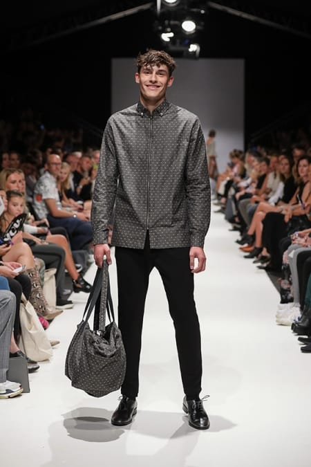 Shirtjacket schwarz-weiß, Jerseyhose schwarz, Sporttasche
