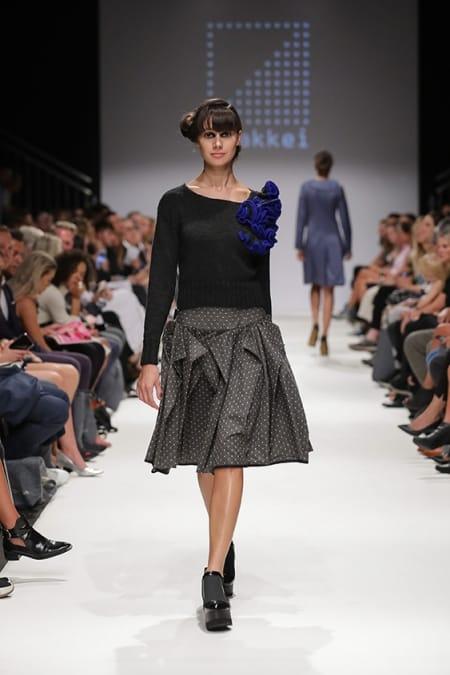 Damenpullover Hyperbolic Crochet grau-blau, Rock schwarz-weiß