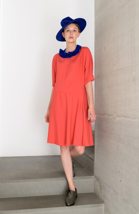 Kleid coral, Kette electric blue
