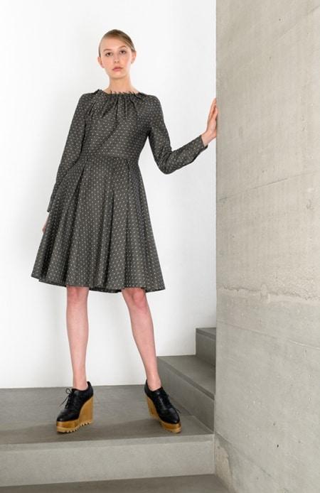 Kleid mit Patronenfalten schwarz-weiß