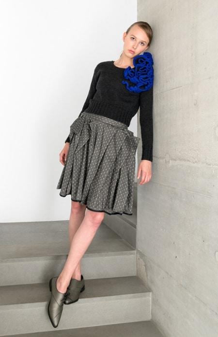Damenpullover Hyperbolic Crochet grau-blau, Rock mit Patronenfalten schwarz-weiß