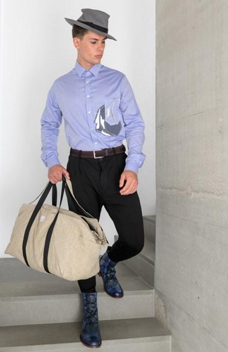 Hemd lila mit Patch, Jerseyhose schwarz, Sporttasche beige