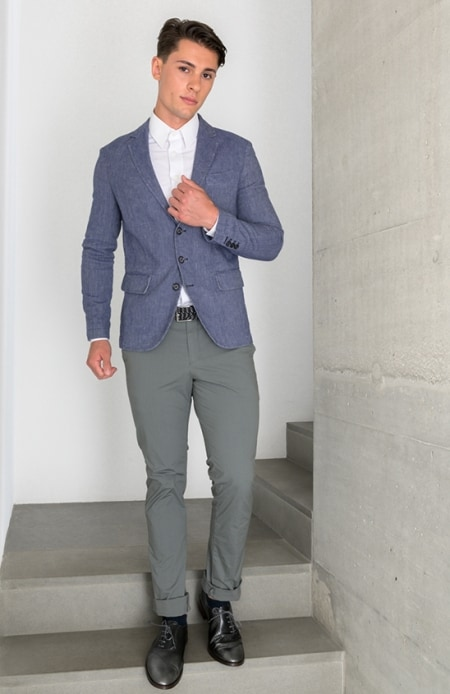 Herrenhemd weiß, Sakko blau, Chino grau