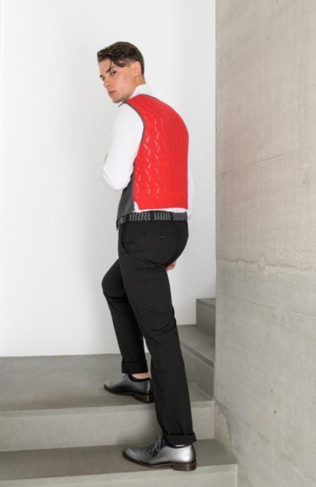 Herrenhemd weiß, Gilet RT gestrickt rot, Chino schwarz