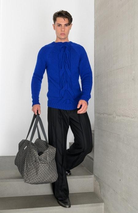Handgestrickter Herrenpullover electric blue, Hakama schwarz, Sporttasche schwarz-weiß